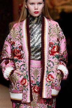 casaco rosa com flores vermelhas da Dolce Gabbana