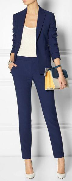 bussines kleidung blauer hosenanzug damen business hohe weise schuhe weise bluse kleine tasche in verschiedenen farben