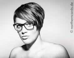 short hair with glasses Source by frvrvrvr Medium Layered Haircuts, Medium Hair Cuts, Long Hair Cuts, Short Hair Glasses, Hairstyles With Glasses, Glasses Style, Messy Bob Hairstyles, Cool Haircuts, Modern Shag Haircut