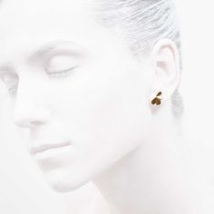 'Elegancy in White' Ear Stud - Clover Collection #leifoojewelry #jewelry #jewelryinspirations #fashionphotography #fashionblogger #catwalkavenuebyandrea #PhotographybyMichaelaVallachova #Artistic #awesomework #Geisha #earstud