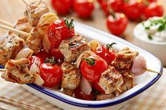 Wypróbuj przepis na proste i smaczne szaszłyki wieprzowe z pomidorami i dipem twarożkowym. Doskonałe danie z grilla!