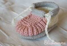 Adorable free baby bootie pattern. Unfortunately not in English, but can use the translate button and get some help. Мастер-класс: Пинетки-башмачки вязаные спицами