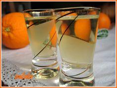Pomeranče a citrony oloupeme a nakrájíme na kostičky, u citronů oloupeme i bílou část kůry, aby likér nebyl hořký.Vodu svaříme s cukrem a... Shot Glass, Barware, Beverages, Tableware, Lemon, Syrup, Liquor, Dinnerware, Bar Accessories
