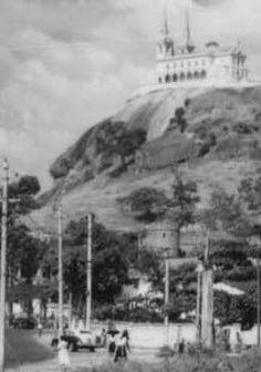 """Esta foto da mesma epoca e rica em detalhes, ve-se a Igreja da Penha, na parte de baixo à esquerda nota-se os """"portões"""" da Penha. A torre do castelo aparece bem definida.visto americano"""