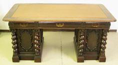 Schreibtisch mit gedrechselten Säulen Fulminanter, originaler Schreibtisch aus dem herrschaftlichen Danziger Barock! Dieses wuchtige Exponat wurde um 1880/1890 aus bester Eiche, massiv und furniert, gefertigt. Es begeistert durch seine schwere, erhabene Ausführung und charaktervollen Details.  Kennung : Nr. 026