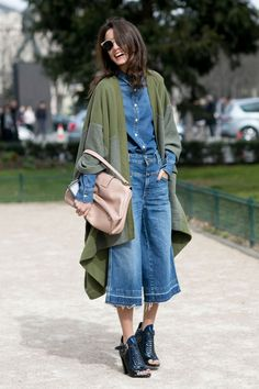 The Best Street Style Snaps From Paris Fashion Week Spring / Summer Paris Fashion Week street style inspiration: jean culottes plus a denim shirt and edgy sandals. Paris Fashion Week Street Style, Autumn Street Style, Cool Street Fashion, Street Style Edgy, Paris Street, Denim Fashion, Look Fashion, Trendy Fashion, Autumn Fashion