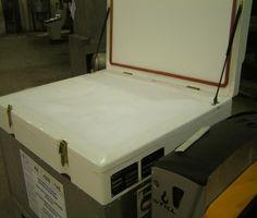 Dostawy granulatu suchego lodu w kontenerach dla firm w całej Polsce. Realizujemy dostawy suchego lodu dla firm w kontenerach zawierających od 250 do 500 kilogramów granulatu. Posiadamy małe kontenery w których mieści się 250 kg suchego lodu lub też duże o zawartości 500 kg. Dostarczając suchy lód do firm wymieniamy pusty na pełny zgodnie z zamówieniem. Dostawy suchego lodu do firm odbywają się bezpośrednio.