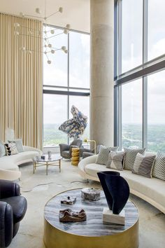 Du glamour, de l'audace et le sens de la démesure, l'irrésistible star de la déco américaine oscille joyeusement entre modernisme et Hollywood Regency. À Austin, Texas, ce penthouse d'une journaliste en vue est une parfaite illustration de la Kelly touch. Mix and match, à la folie.