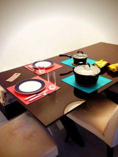 Jantar da Ilana com os Jogos Americanos Double para contrastar sobre a mesa preta. Chic! www.704home.com.br
