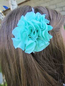 Scrunch Fabric Flower Pom PomHeadband Tutorial {NOsew step-by-step instructions} {{featured on Headband Week }}     Ready to learn how to...