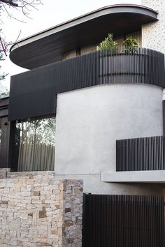 Using the Sydney Harbour Bridge as an aesthetic reference, the exterior skin of this modern house makes use of Micaceous Iron Oxide steel work, that contrasts the lighter elements of the design. Perspective Architecture, Architecture Design, Minimalist Architecture, Residential Architecture, Contemporary Architecture, Australian Architecture, Landscape Architecture, Design Exterior, Facade Design
