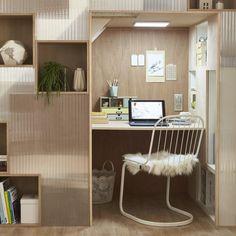 Un bureau installé sous un escalier. Vous possédez un escalier et vous ne savez pas comment exploiter l'espace laissé sous ses marches ? Il suffit d'y installer un bureau, pour un coin travail comme dans un cocon. Des rangements sont crées et le plexiglas donne de la profondeur à ce lieu dédié au travail.