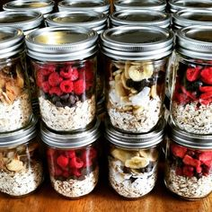 """""""Instant"""" Oatmeal Jars – Easy Breakfast Meal Prep Make ahead oatmeal! Put cup dry oats in a pint sized Mason jar & top with different combos of freeze dried fruit. Add 1 cup boiling water then get ready for your day & enjoy! Mason Jar Meals, Meals In A Jar, Mason Jar Recipes, Mason Jar Diy, Clean Recipes, Cooking Recipes, Cooking Ham, Cooking Tips, Cooking Pasta"""