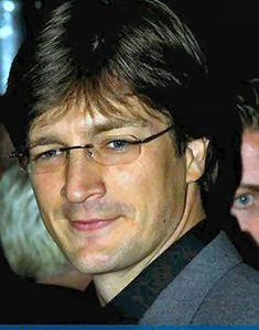 Who says girls don't make passes at guys with glasses! Nathan Fillion, looking fine, bespecaled.