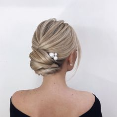 Wavy Chignon - 40 Chic Chignon Buns That Bring the Class into Formal and Casual Looks - The Trending Hairstyle Wedding Hair And Makeup, Wedding Updo, Bridal Hair, Updos For Medium Length Hair, Hair Medium, Messy Short Hair, Bun Hairstyles, Messy Wedding Hairstyles, Hairstyle Ideas
