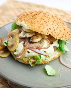 Broodje hamburger met oude kaas en truffelmayonaise | Foodaholic.nl Food L, Love Food, Food Porn, Easy Diner, Bruchetta Recipe, Bagels, Happy Foods, Food Platters, Food Inspiration