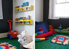 BUJI: Cantinho de brincar com grama sintética, almofadões jeans e prateleiras baixas garantem a diversão no quarto dos pequenos