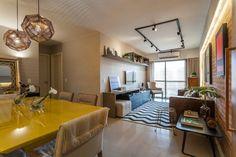 amenajare apartament trei camere stil modern retro canapea maro din piele Modern Retro, Living Room, Furniture, Home Decor, Railings, Sweet Home, Environment, Kitchen, Houses