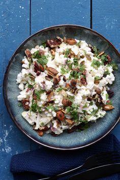 En lækker blomkålssalat med meget få ingredienser. Som er super snasket, sprød, saltet, sød og bare en skøn kombi. Salaten er toppet med ristede nødder