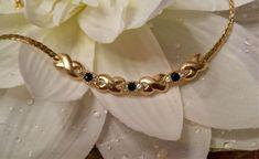 Beau-collier-ras-du-cou-chaine-strass-saphir-diamant-avec-motifs-metal-dore-NEUF