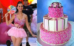 7 vezes em que a Katy Perry saiu parecendo um bolo de aniversário Se a festa for mais girlie, dá pra combinar esse look com um bolo rosinha, com detalhes de pérolas e flores.