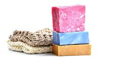 Ecco la ricetta per autoprodurre il sapone in casa con le tue mani con il metodo a freddo e a caldo. per un risultato economico e al 100% naturale.