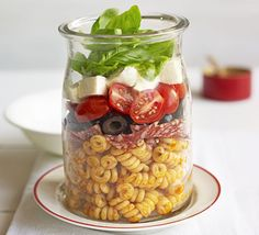 Pizza pasta salad Layer up pasta with sundried tomato pesto, salami, olives, plum tomatoes, mozzarella cheese and basil in this clever lunchbox mix Salad Recipes Video, Bbc Good Food Recipes, Pasta Salad Recipes, Cooking Recipes, Food Tips, Healthy Lunches For Work, Cold Lunches, Healthy Snacks, Healthy Recipes