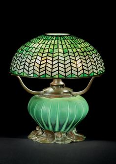 TIFFANY STUDIOS - A LEADED GLASS AND BRONZE TABLE LAMP, CIRCA 1905 ♥★♥