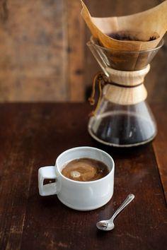 Verras je lief met de allerlekkerste koffie gemaakt met de Chemex koffiekaraf. Je hebt zo'n 6 a 7 minuten nodig voor het zetten van een pot koffie, maar de combinatie van de vorm en het speciale filterpapier geeft een smaakvolle koffie zonder onnodige oliën of bittere aroma's.