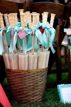 Si el sol del mediodía amenaza con incomodar a las invitadas de tu casamiento, no desesperéis! Estas sombrillas de sol son ideales para ofrecer durante el almuerzo y la ceremonia religiosa, excelente idea para souvenir!