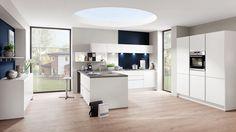 Moderne witte keuken met donkerblauwe details - Afbeelding 1 van 5
