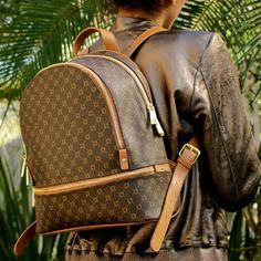 Mochila com estampa de monograma é super estilosa! #bags #luzdaluaoficial #fashion #monograma #stilettocalcados
