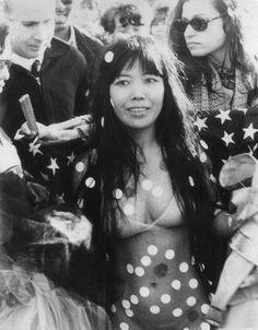 若き日の草間彌生さん。既に水玉まみれです!Yayoi Kusama , Kusama at Love-In-Festival in Central Park, New York, 1968 ヒッピー世代ですから無理もありません…