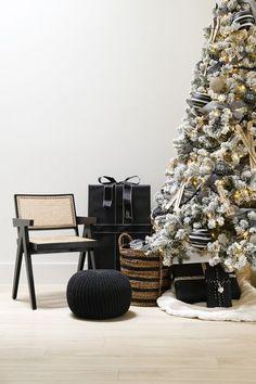 Christmas Tree Colour Scheme, Colorful Christmas Tree, Gold Christmas, Christmas Tree Decorations, Christmas Holidays, Merry Christmas, Holiday Decor, Flocked Trees, White Ornaments