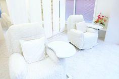 白を基調とした施術スペース。ふわふわのリクライニングチェアと両サイド施術でリラックス♪