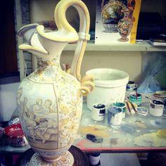 """Anfora con anse a torciglioni decoro """"Allegoria della Primavera di Giacomo Gentili  #simonettiarte #maiolica #ceramics #madeinitaly"""