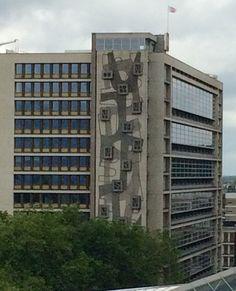Reliëf van Louis van Roode op westelijke zijmuur van voormalig hoofdkantoor P.T.T. Rotterdam. Glas in beton