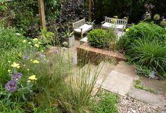 Modern garden by Karena Batstone Design. https://www.homify.co.uk/ideabooks/31508/stylish-garden-design-ideas