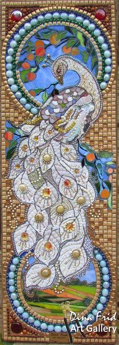 В белых зарослях жасмина Вдалеке от суеты Царство белого павлина И небесной красоты.  Нежным шлейфом оперенья, Белым веером хвоста Всем дарует вдохновенье, Мысли с чистого листа.  В нежном запахе жасминном, В ореоле светлых чар Вы подружитесь с павлином И получите свой Дар. О.Мамистова. Hobby_Li: Белый павлин. Мозаика из бисера