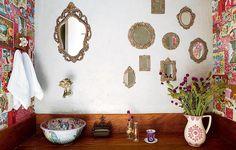 Boho style - multiplique o espelho no lavabo. Patricia Talem usou vários, com diferentes molduras