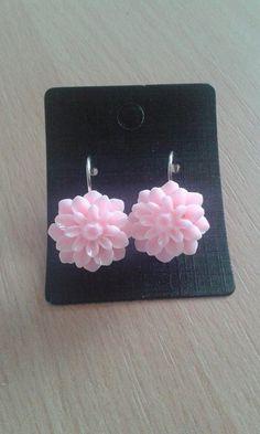 Světle růžové náušnice kytky