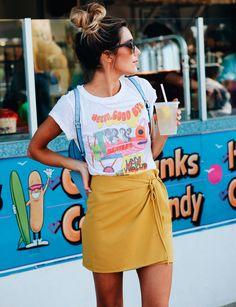 Una mini formal con camiseta informal. Apuesta por los contrastes.