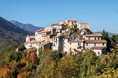 La tipologia urbanistica di Rocchetta è quella del castello di poggio sito lungo l`antica Via Casciana, a dominio della valle del Tissino, perfettamente allineata con i centri di Usigni, Poggiodomo e Roccatamburo, lungo l`itinerario che provenendo dalla Sabina e da Monteleone di Spoleto, raggiungeva il nodo stradale di Cerreto di Spoleto.