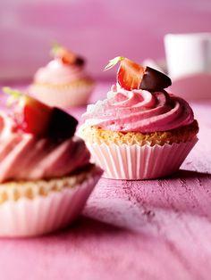 Erdbeer-Cupcakes -  Sommerliche Törtchen mit Erdbeer-Sahne-Topping
