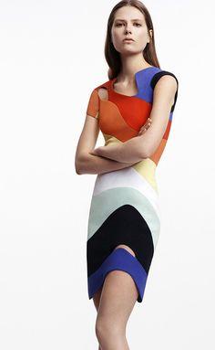 La nueva colección crucero del diseñador creativo de Mugler, David Koma es una oda a las líneas y la arquitectura espacial. La asimetría, los colores vitamina y el juego del blanco y negro dan forma a estas propuestas retrofuturistas.