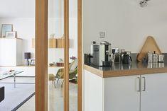 Cette maison est un exemple réussi de décoration design rencontrant la nature - PLANETE DECO a homes world Decoration Design, Bathroom Medicine Cabinet, Divider, Interior Design, Nature, Furniture, Home Decor, House, Nest Design