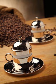 %100 El Yapımı Bakır Fincan Seti 2'li (Handmade Copper Coffee Set For 2 Person) Elde imal edildikten sonra keçe ve fırça ile parlatılmış ve kaplama yapılmıştır. Kurumsal hediyelik ihtiyaçlarınız için, özel karton hediye kutusu içinde, 2 adet bakır fincan www.rumiart.com