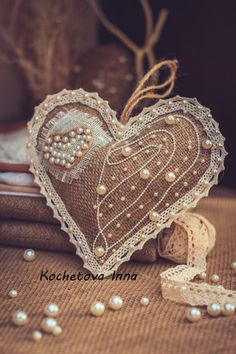 Floral accessories for weddings and photoshoots. Burlap Projects, Burlap Crafts, Fabric Crafts, Sewing Crafts, Felt Ornaments, Christmas Tree Ornaments, Christmas Crafts, Diy Bag Designs, Shabby Chic Hearts