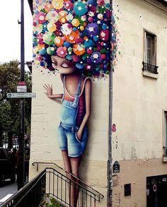 Desenată  şi colorată stă      Pe zidul  de la clădire.