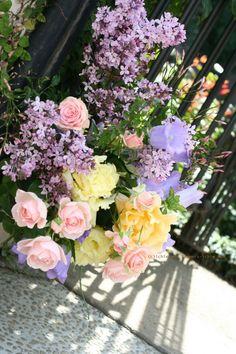 香りで迎えるエントランス装花 シェ松尾松濤レストラン様の装花  : 一会 ウエディングの花